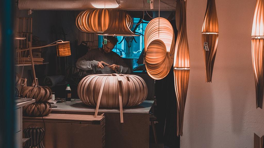 flacoDesign på Jægersborggade producerer og sælger unikke lamper i træ.