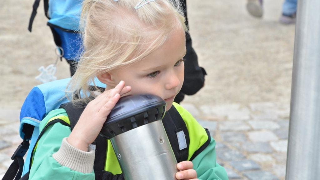 Pige lytter i et rør på Lydlegepladsen i Esbjerg