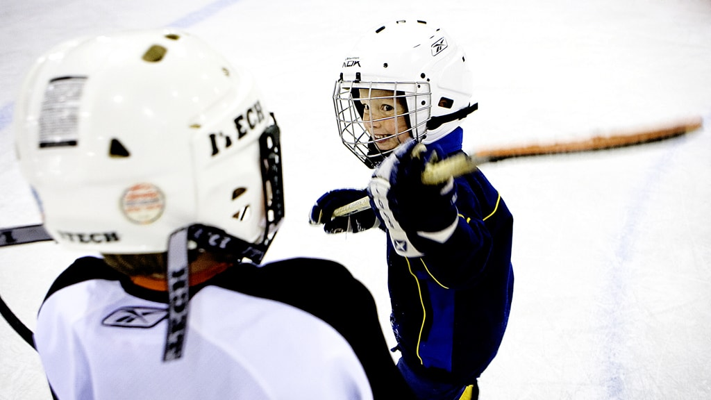 Drenge spiller hockey i Granly Hockey Arena i Esbjerg