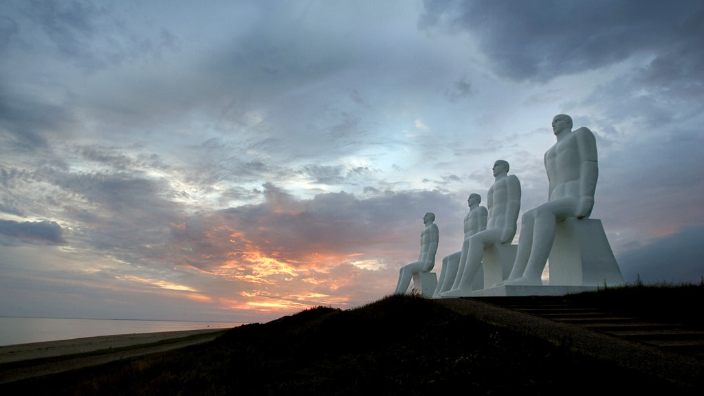 Skulpturen Mennesket Ved Havet i aftenlys