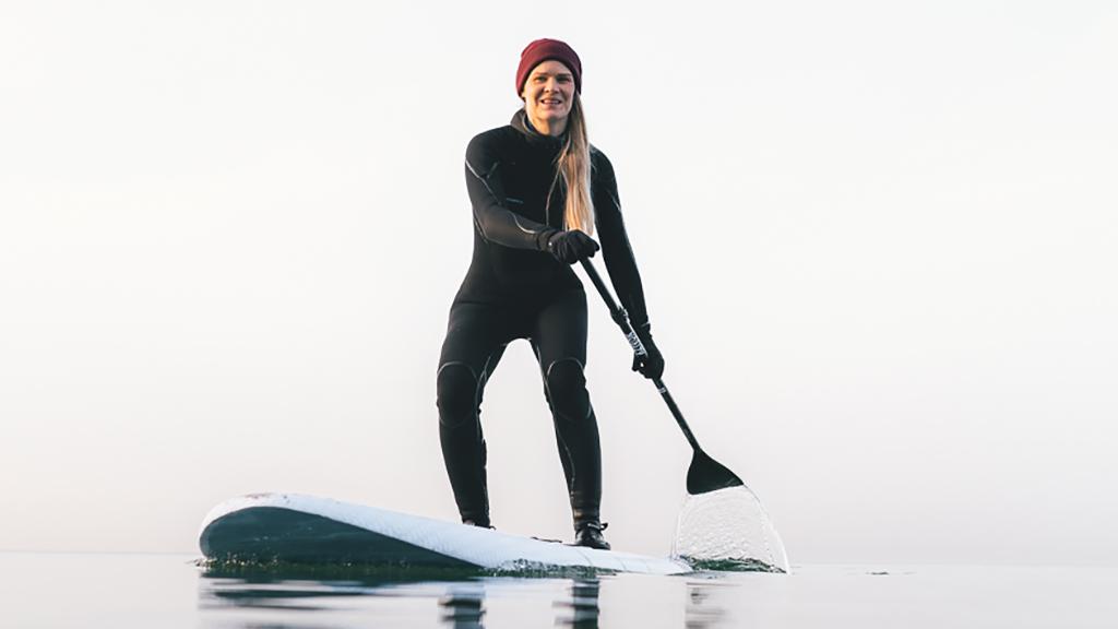 Kvindelige surfer på Møn