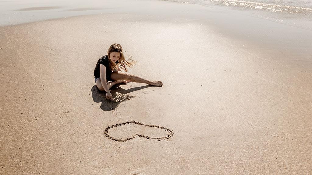 Pige på strand