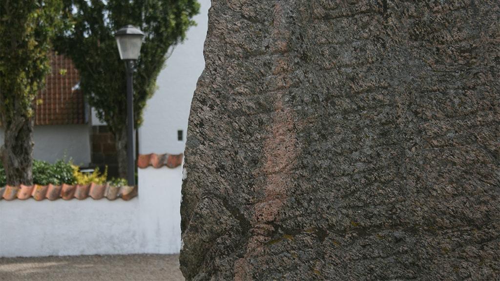 Runestenen foran Bække Kirke