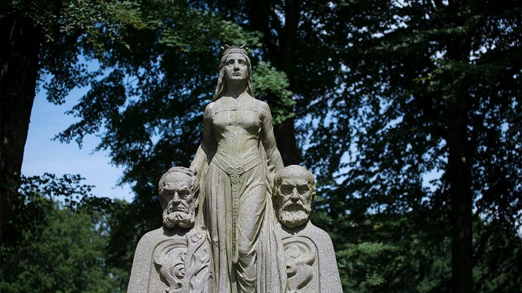Statuen Modersmålet i Skibelund Krat