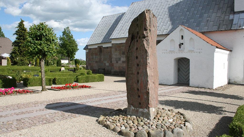 Runestenen ved Læborg Kirke