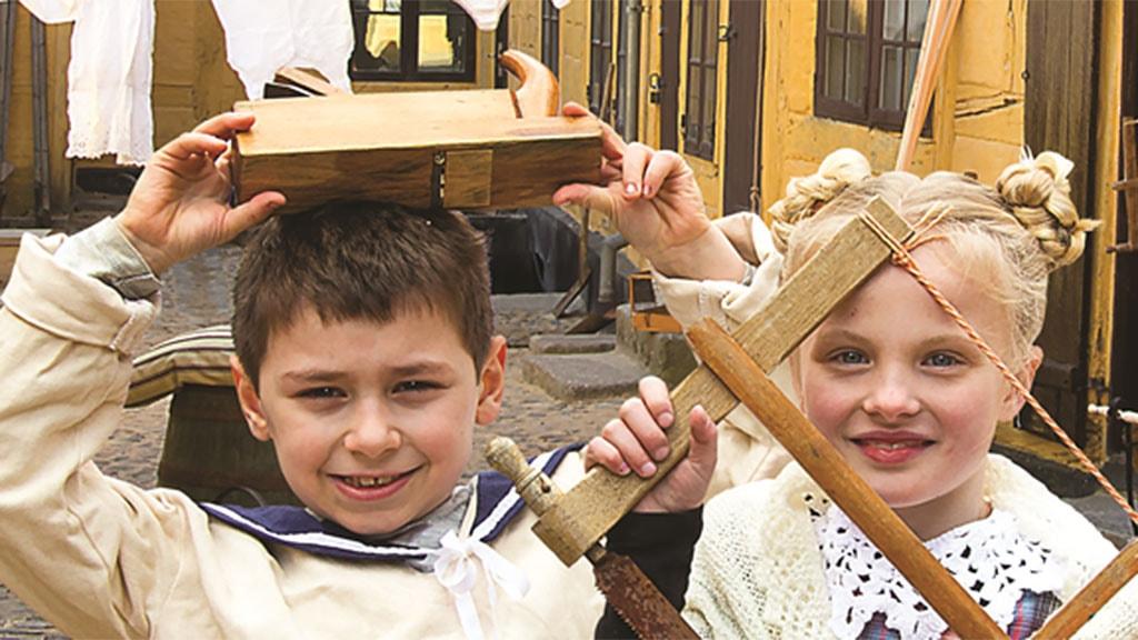 """To børn i udstillingen """"Børnenes Baggård"""""""