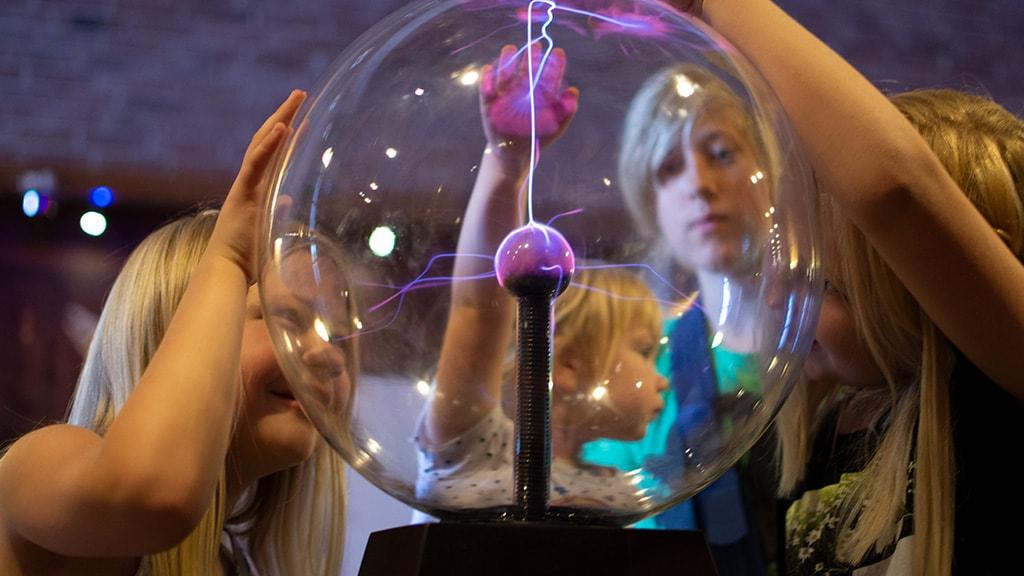 Børn omkring en teslaspole med elektricitet i på Energimuseet