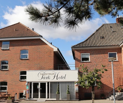 Hovedindgang med vores flotte håndmalede facadenavn